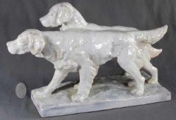 "1 große Figurengruppe Keramik ""2 Hunde, Karlsruher Majolika"", Majolika mit grauer Krakeleeglasur,"