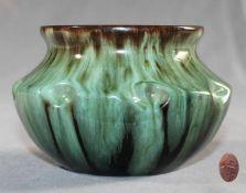 1 kleine Vase Keramik, grün-braune Schlickmalerei, gedrückter, bauchiger und sich nach oben