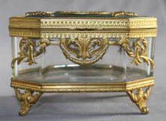 1 schöne und sehr dekorative 8-eckige Schatulle Glas, gefasst in Bronze, feuervergoldet, Deckel