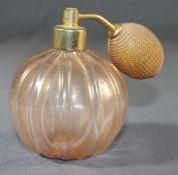 1 Parfumflacon Glas, Kugelform, gerippte Wandung, rosa Glas mit Goldfluss, H ca. 12cm