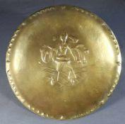1 runde Schale Messing auf 4 Keilfüssen, Spiegel mit geprägtem Dekor, leichtes Hammerschlagdekor,