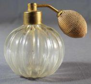 1 Parfumflacon Glas, Kugelform, gerippte Wandung, farbloses Glas mit Goldfluss, H ca. 12cm