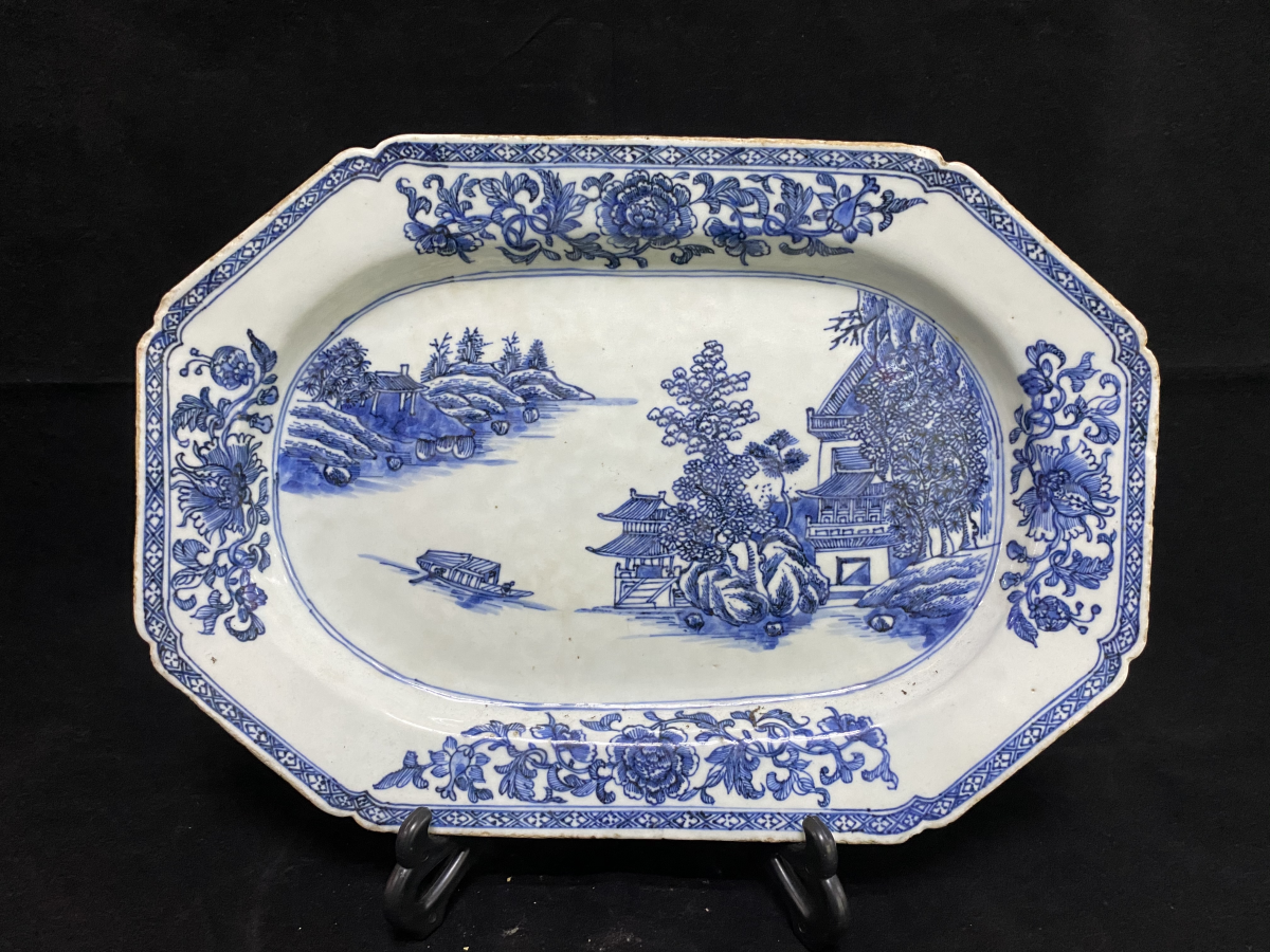 Lot 33 - A BLUE AND WHITE EXPORT PORCELAIN OCTAGONAL DISH