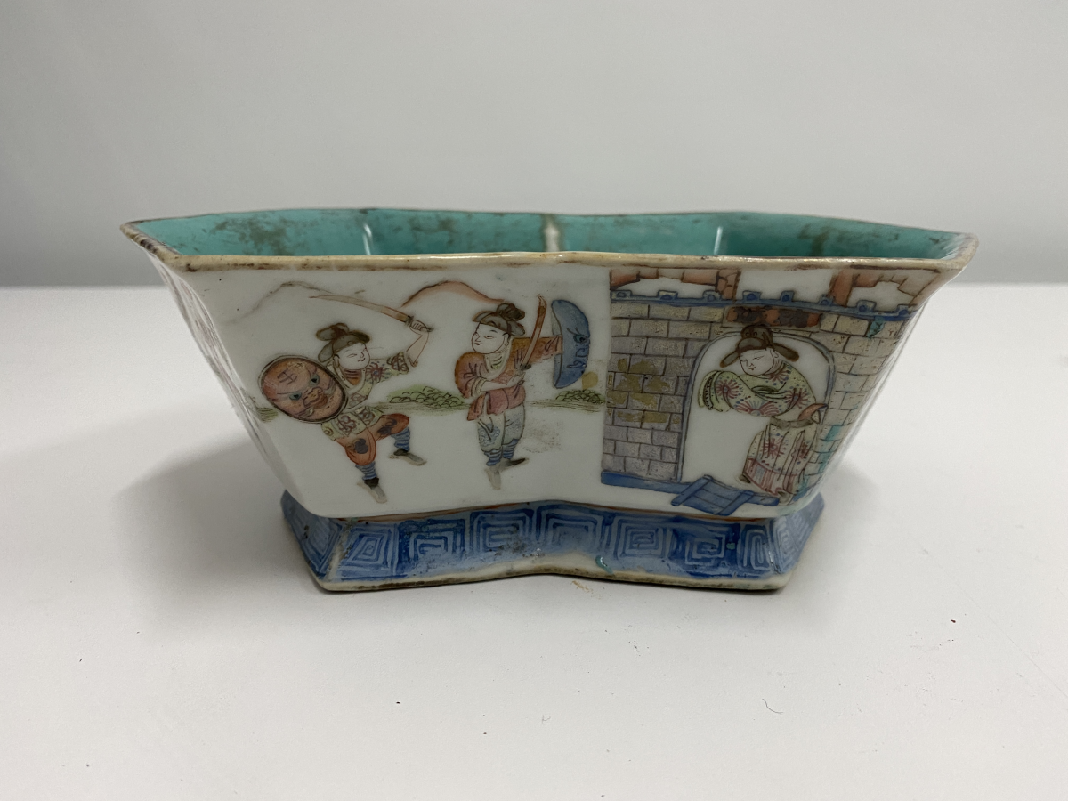 Lot 18 - A FAMILLE ROSE SHAPED OCTOGONAL DISH