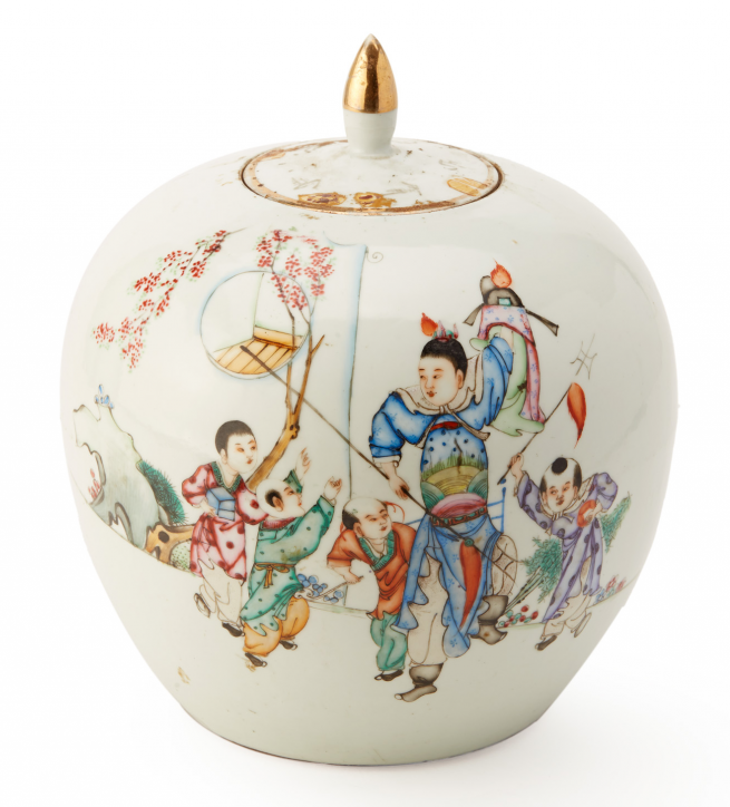 Lot 5 - A FAMILLE ROSE SPHERICAL VASE AND COVER