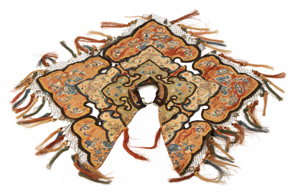 Lot 41 - AN ANTIQUE CHINESE EMBROIDERED CLOUD COLLAR