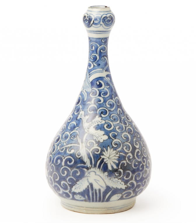 Lot 31 - A BLUE AND WHITE GARLIC MOUTH BOTTLE VASE