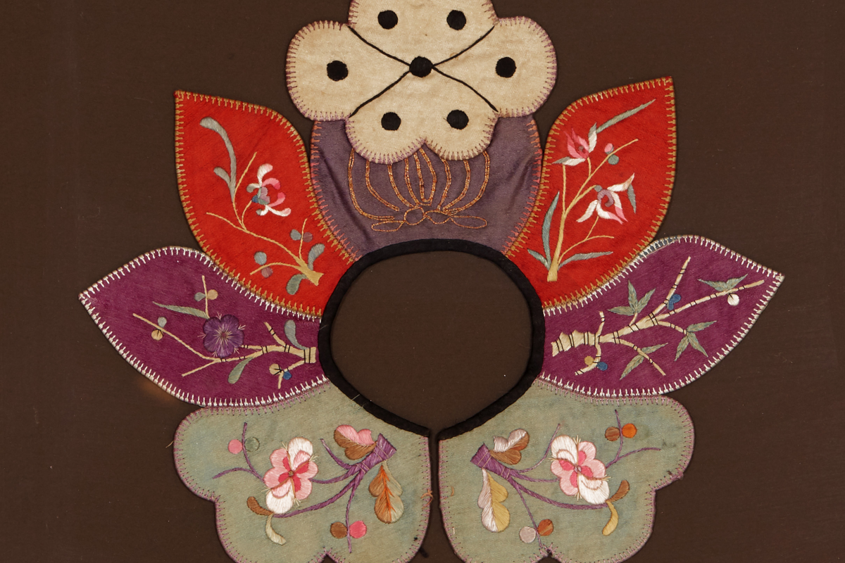 Lot 36 - AN ANTIQUE CHINESE EMBROIDERED SILK COLLAR