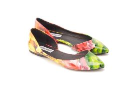 A PAIR OF STEVE MADDEN 'ELUSION' FLATS US 8