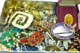 Fifty-two costume brooches, some a/f