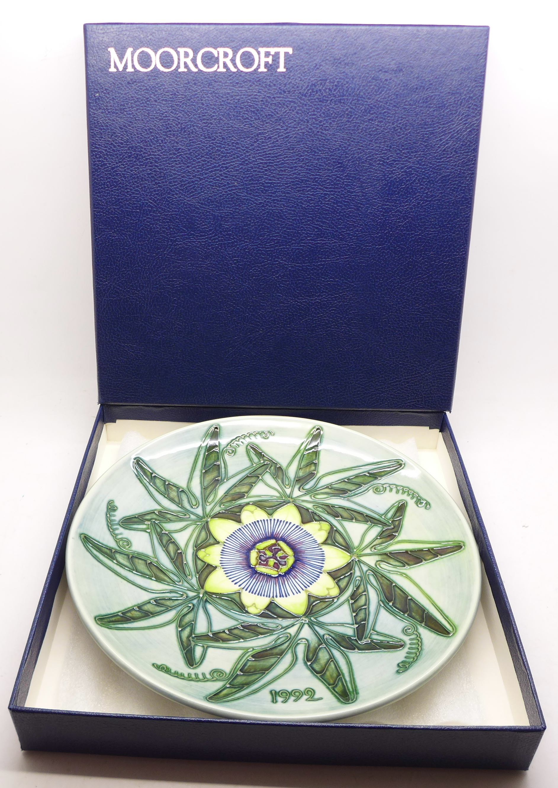 A Moorcroft Limited Edition Year Plate 1992, 422/500, boxed, 217mm - Image 6 of 6