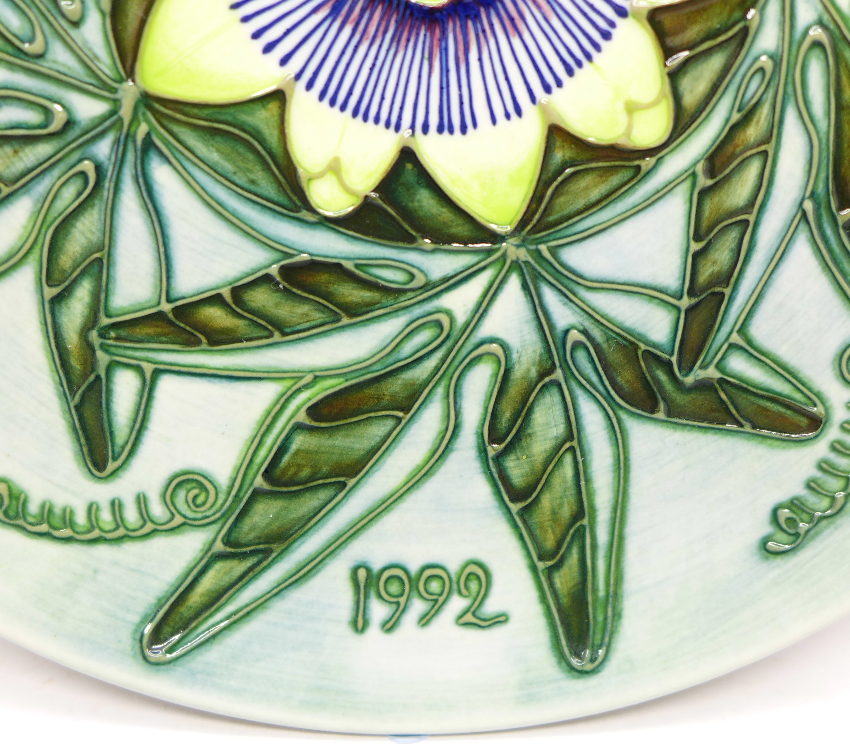A Moorcroft Limited Edition Year Plate 1992, 422/500, boxed, 217mm - Image 3 of 6