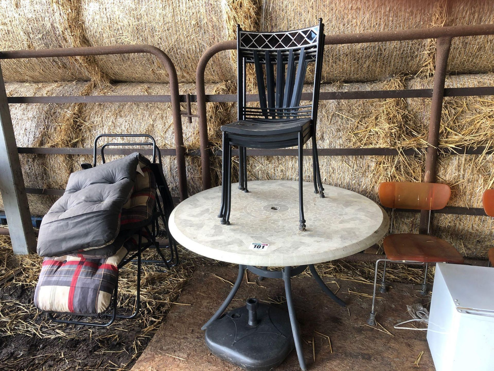 Lot 101 - Quantity garden chairs and table