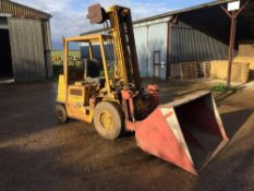 1975 Bonser masted forklift with grain bucket and pallet tines. Reg No: KFE 257N. Hours: 14,892