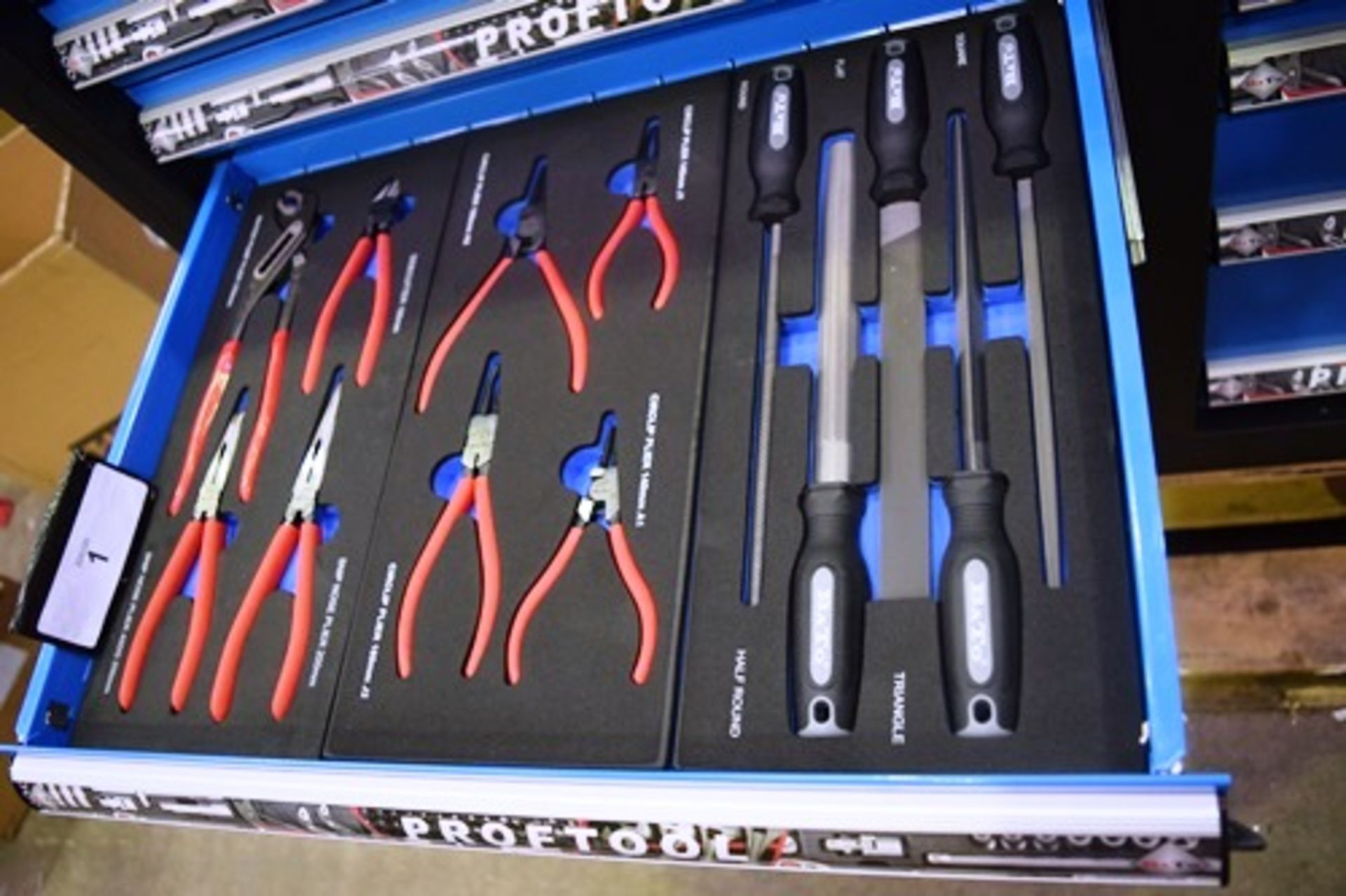 Lot 1 - Bato prop tool mobile fully equipped mobile mechanics tool chest, 14 lockable assorted drawers, 7