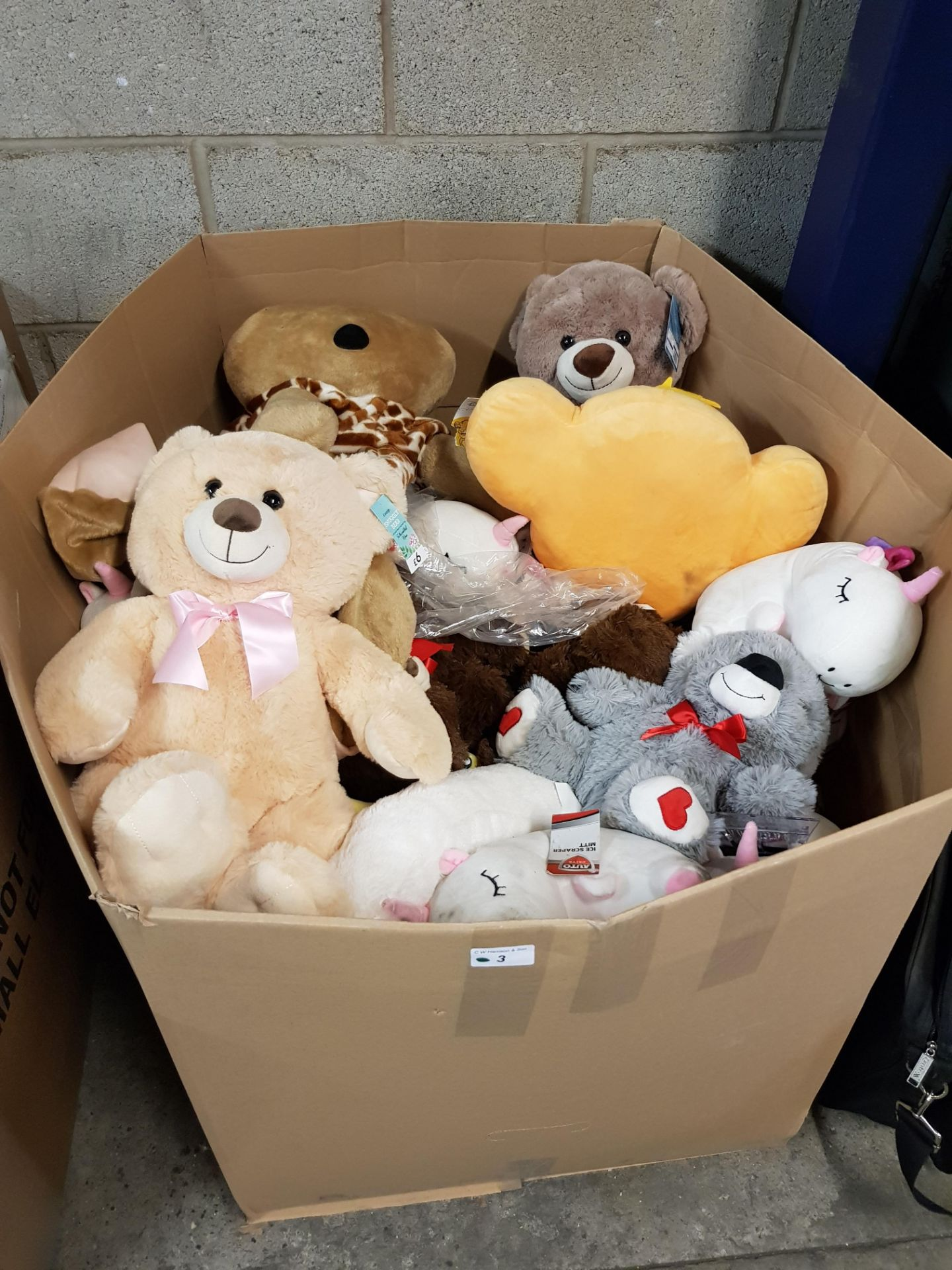 Lot 3 - CONTENTS OF LARGE BOX - MIXED SOFT TOYS