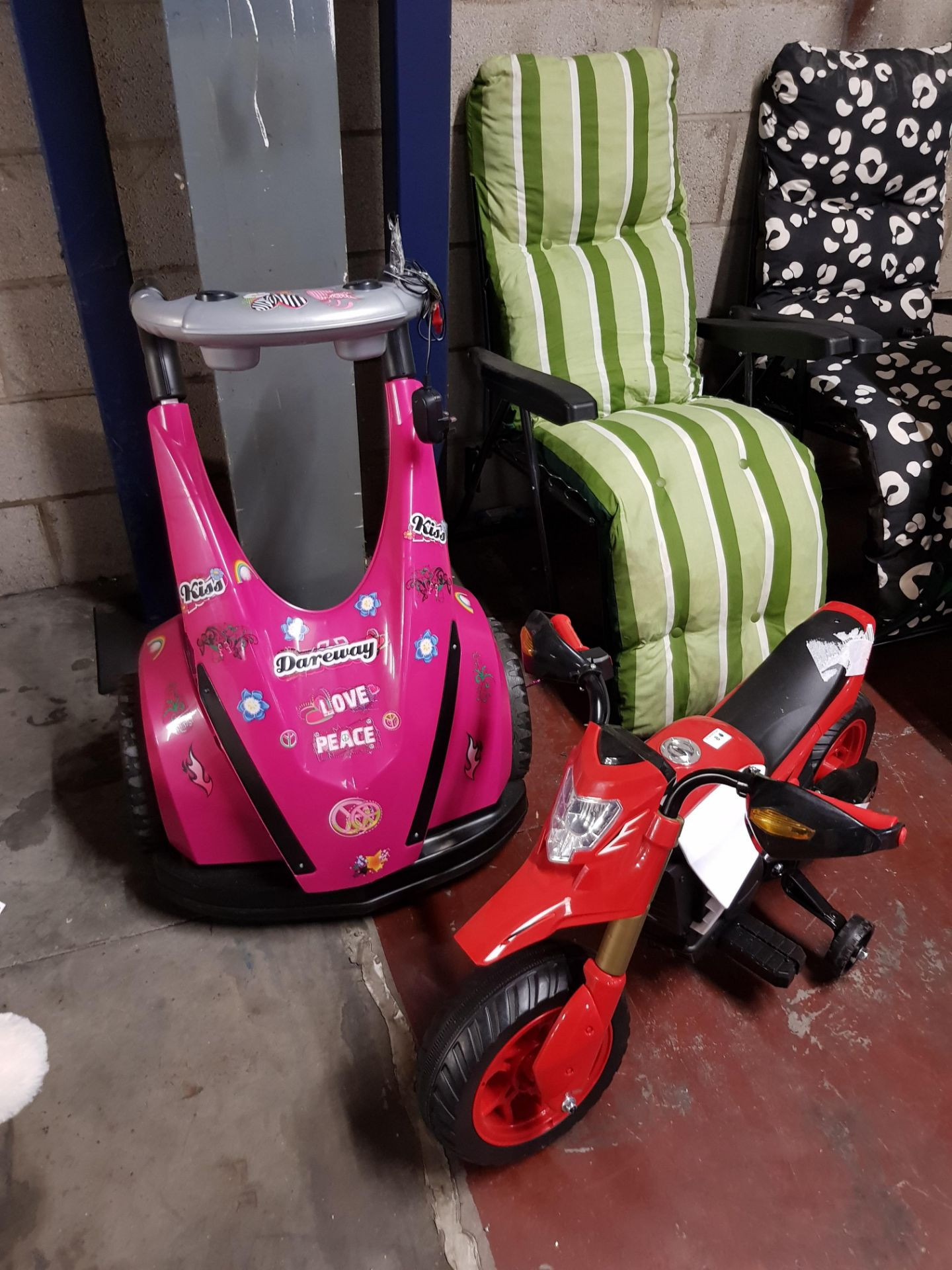 Lot 8 - 2 ITEMS - 1 x DAREWAY KIDS SEGWAY TOY & 1 x ELECTRIC MOTORBIKE WITH SAFETY WHEELS