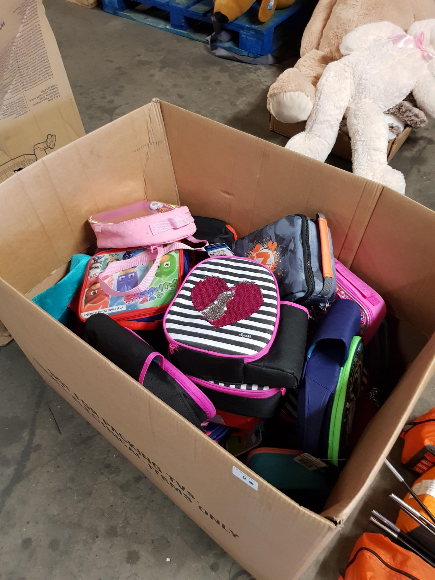 Lot 9 - CONTENTS OF LARGE BOX - MIXED KIDS LUNCH BAGS / BAGS
