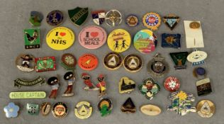 Contents to plastic container, 40 assorted vintage badges for Butlin's, Golly, Trade Unions, etc.