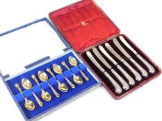 A set of eight Elizabeth II silver gilt teaspoons, by Pearce and Sons Limited, with shaped tricorn t