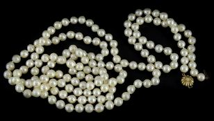 A cultured pearl necklace and bracelet, comprising a cultured pearl longuard type necklace, 59cm