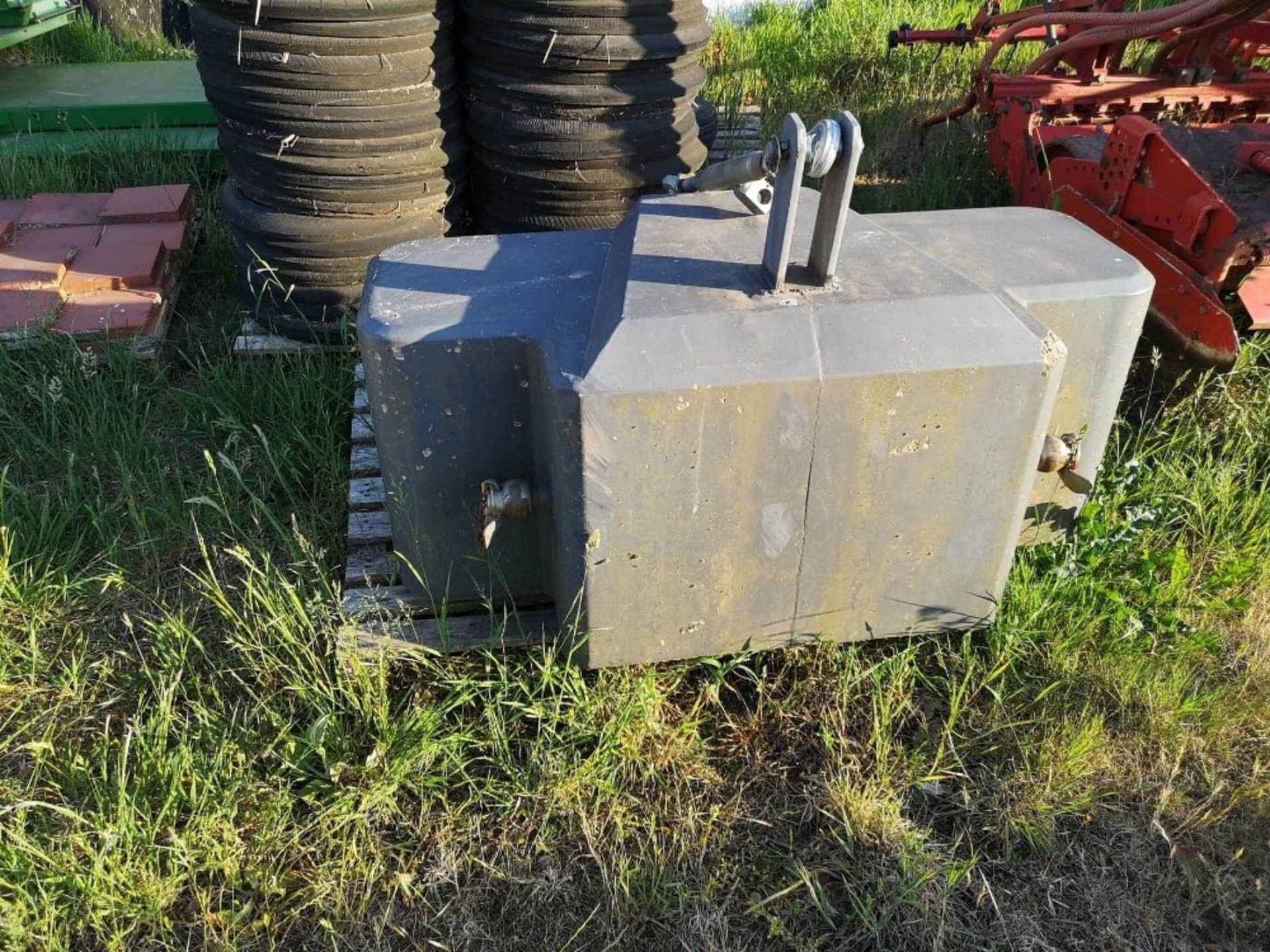 Lot 216 - MF FRONT WEIGHT BLOCK 1000KG