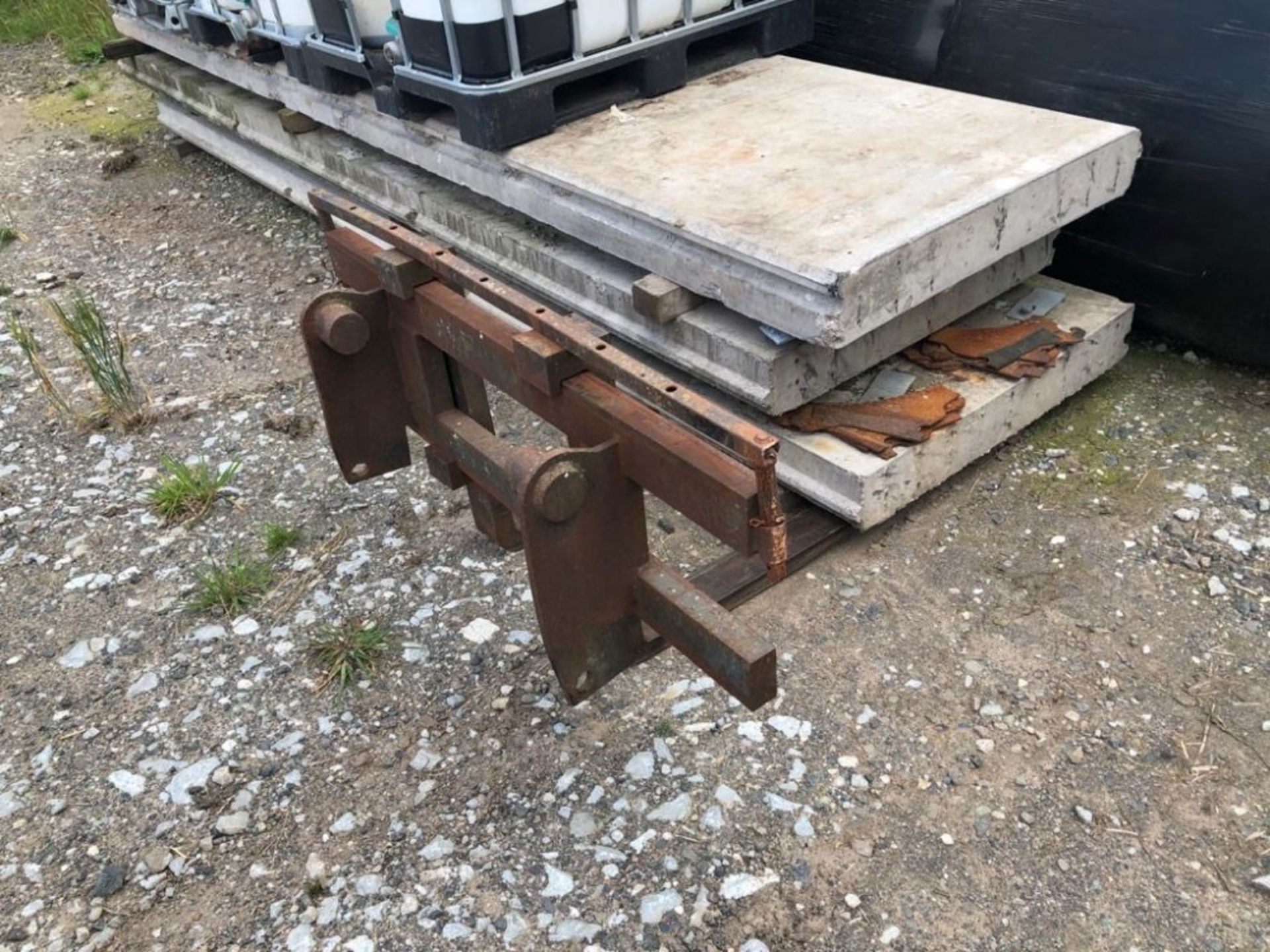 Lot 204 - PALLET TINES (MANITOU FITTINGS)