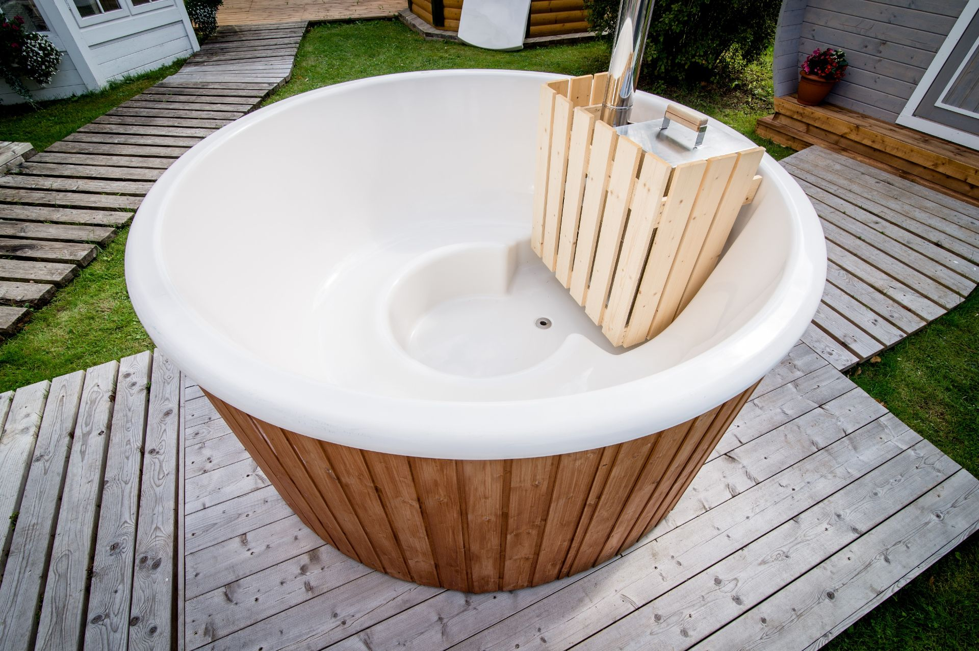 Lot 18002 - V Brand New Fantastic Super Luxury 1.8m Hot Tub With Spruce Finishing - Complete Fiberglass Inside