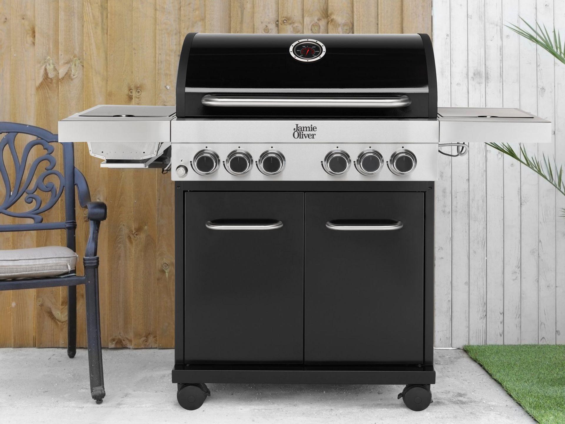 Lot 15028 - + VAT Brand New Jamie Oliver Classic 4SI BBQ - 4 Gas Burners Plus Side Grill & Side Burner