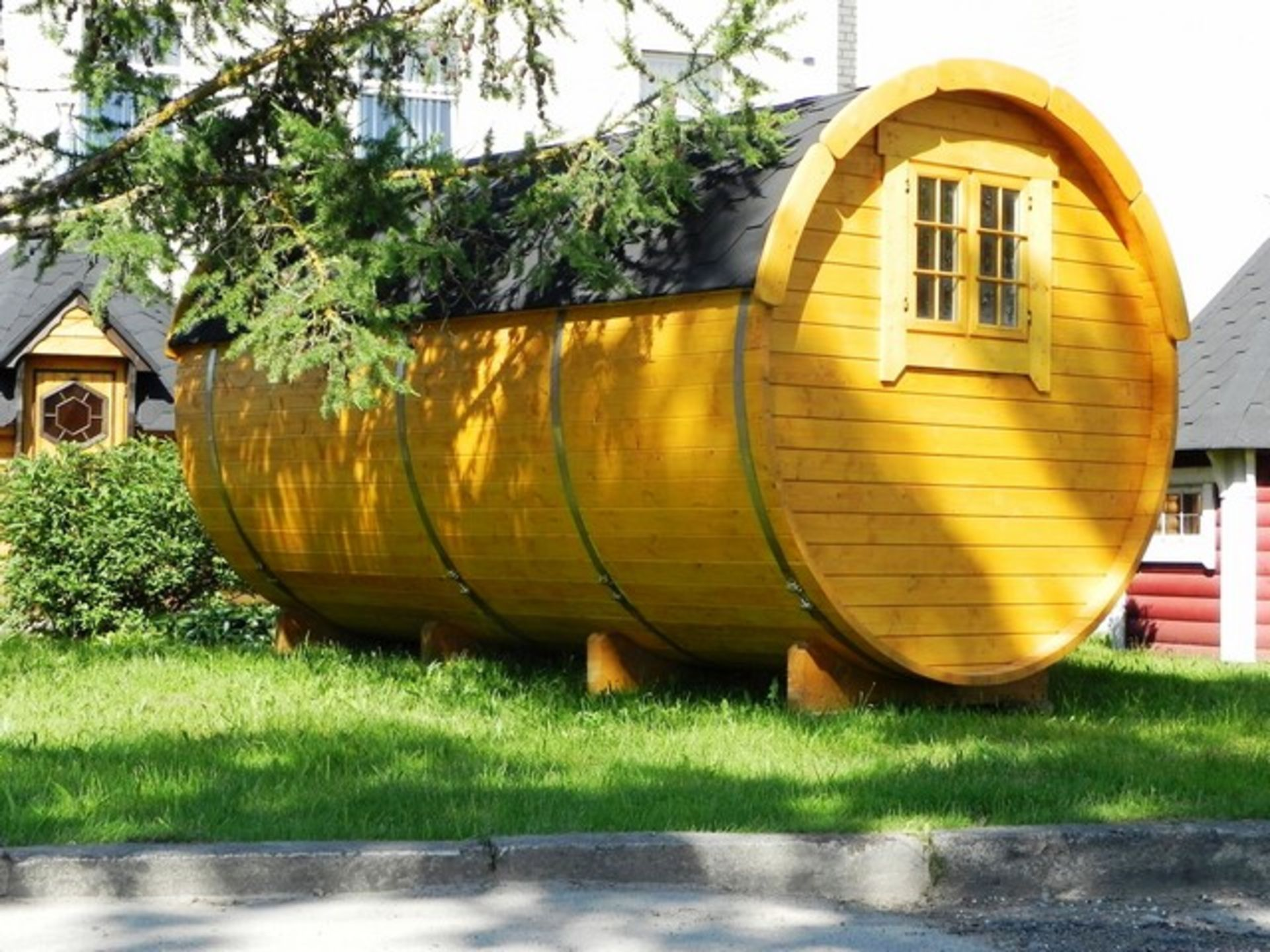 Lot 19056 - + VAT Brand New 4 x 2.4m Barrel For Sleeping - Sleeping Room 2 x 2m - Small Benches at Entrance -