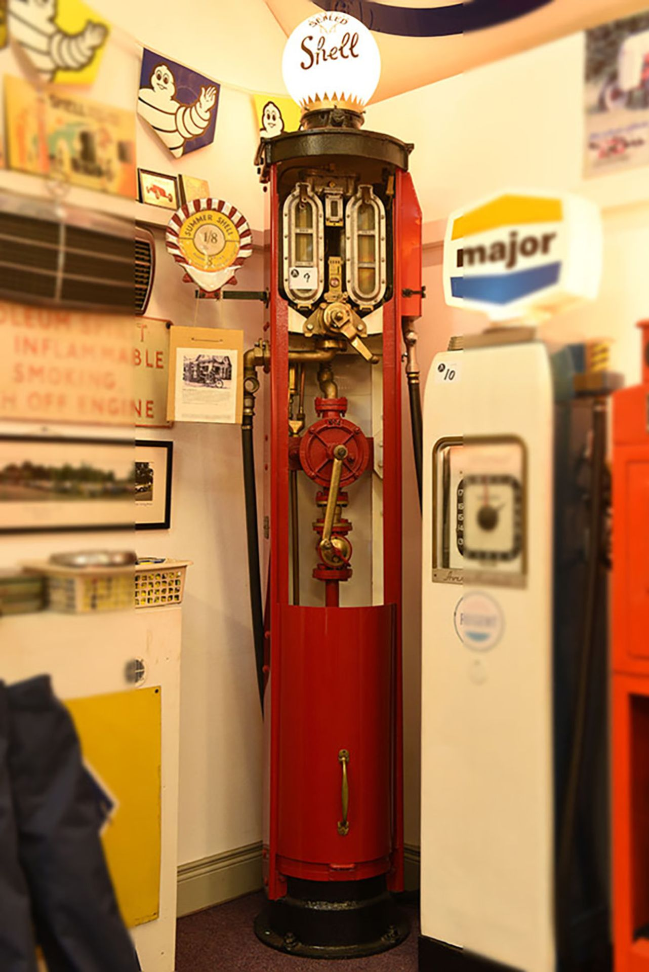 Lot 9 - 1925 hand operated Shell petrol pump c/w glass globe
