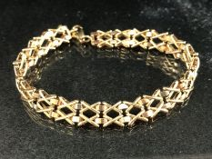 9ct Gold hallmarked cross link bracelet (approx 8.6g)