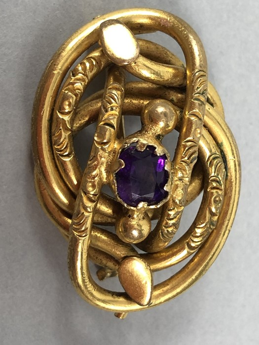 Lot 301 - Pinchbeck Victorian Brooch measuring approx: 23.6mm x 35.5mm, in the form of a stylized Coiled two