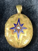 Yellow Metal Victorian Mourning Locket measuring approx: 40mm x 32mm across. On the front is an 8-