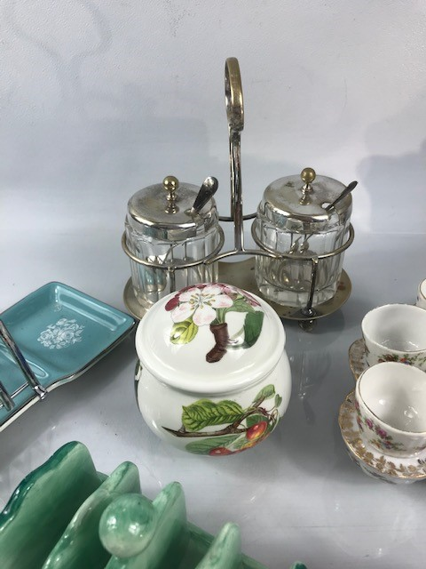 Lot 21 - Collection of breakfast ware to include preserve pots, toast racks and egg cups
