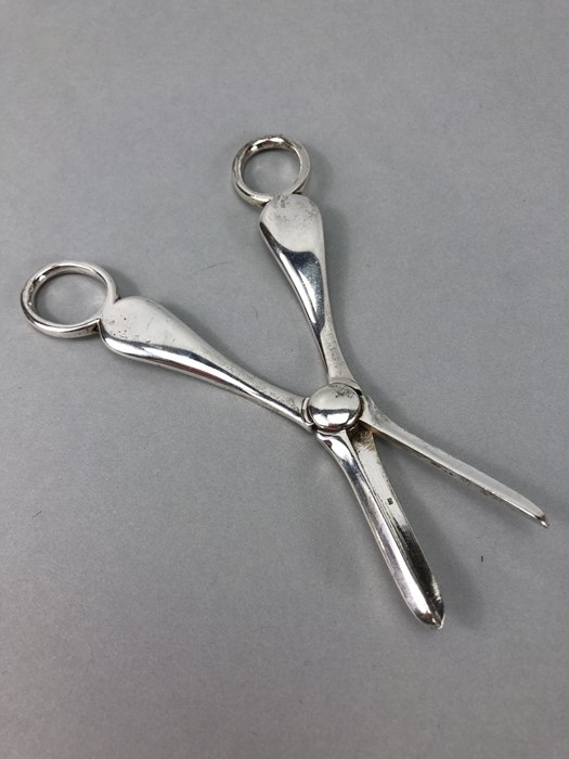 Pair of grape scissors hallmarked for London 1901 by Josiah Williams & Co (George Maudsley Jackson & - Image 2 of 5
