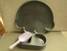 Cat or Dog 3 Piece Set includes a Food Scoop, Double Bowl & a Plastic Mat. Unused & Packaged