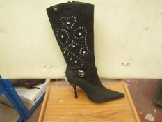 1 x Pair of Unze By Shalimar Boots. Size 5.New & Boxed. See Image For Design