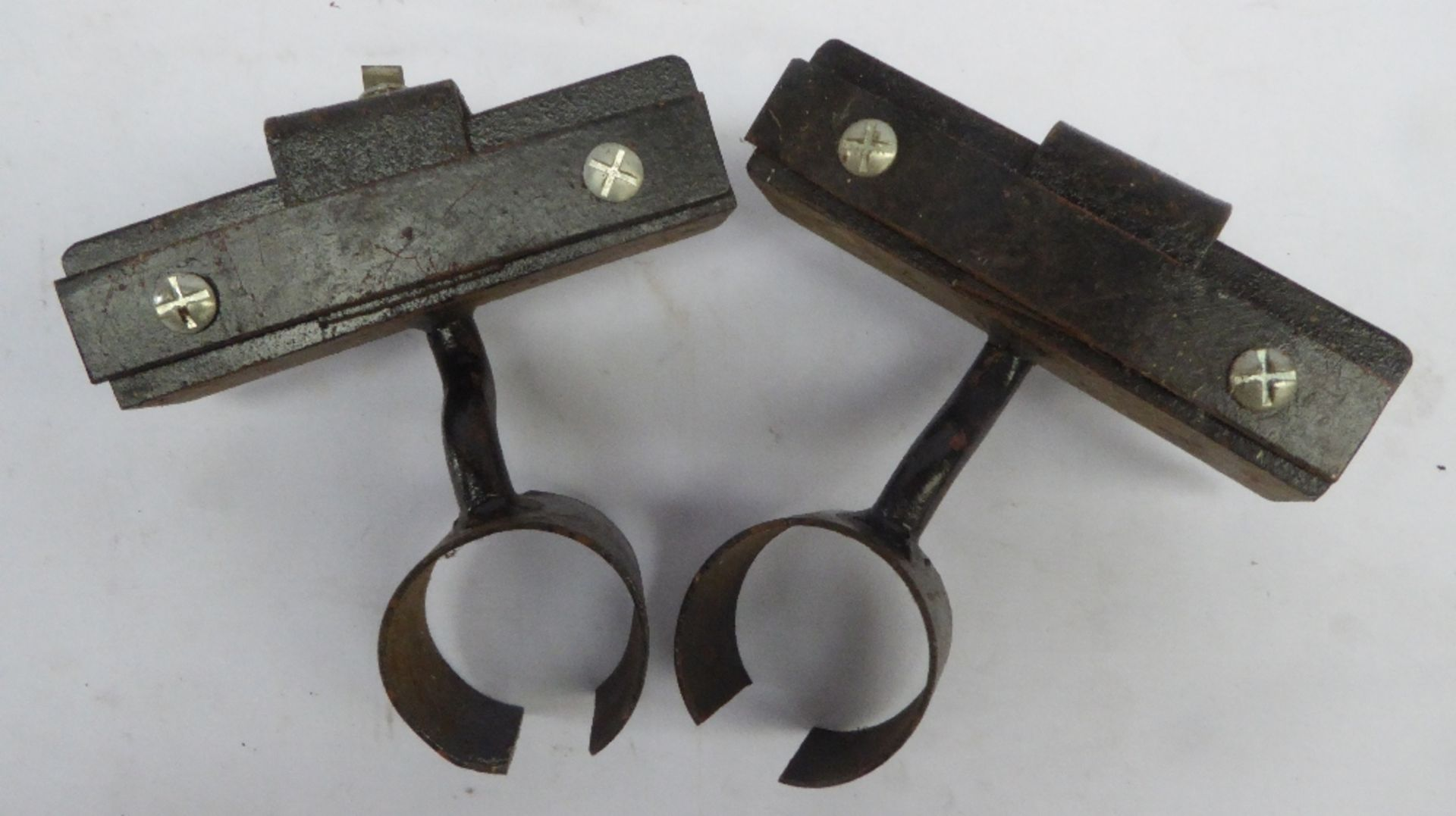 2 adjustable lamp brackets.