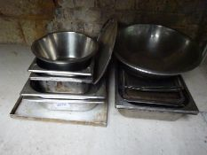 Mixed catering goods including gastronomes, baking trays, colanders.