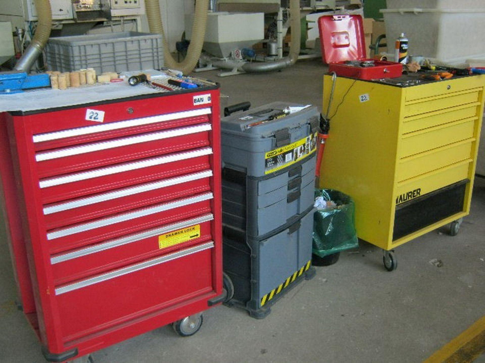 Lot 22 - N. 22 (775 FALLIMENTO) N.2 CARRELI IN METALLO, N.1 CARRELLO IN PLASTICA E N.1 CASSA IN PLASTICA