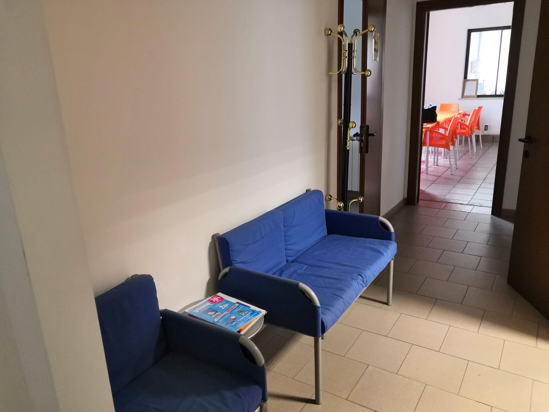 Lot 633 - N. 133 (FALLIMENTO N. 782) ARREDAMENTO RECEPTION: DIVANETTO A N.2 SEDUTE DI COLORE BLU, TAVOLINO