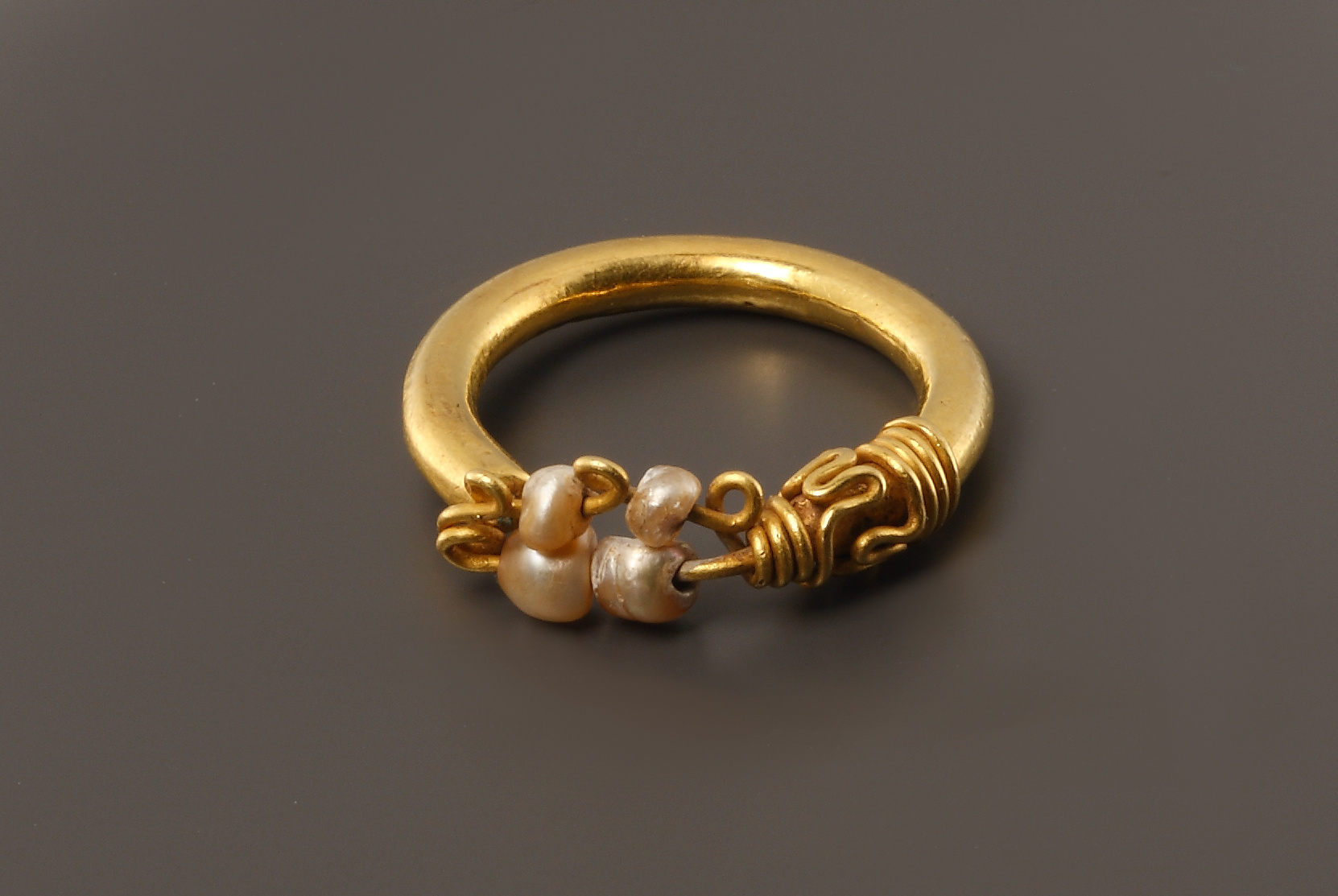 Lot 42 - A Gold Ring