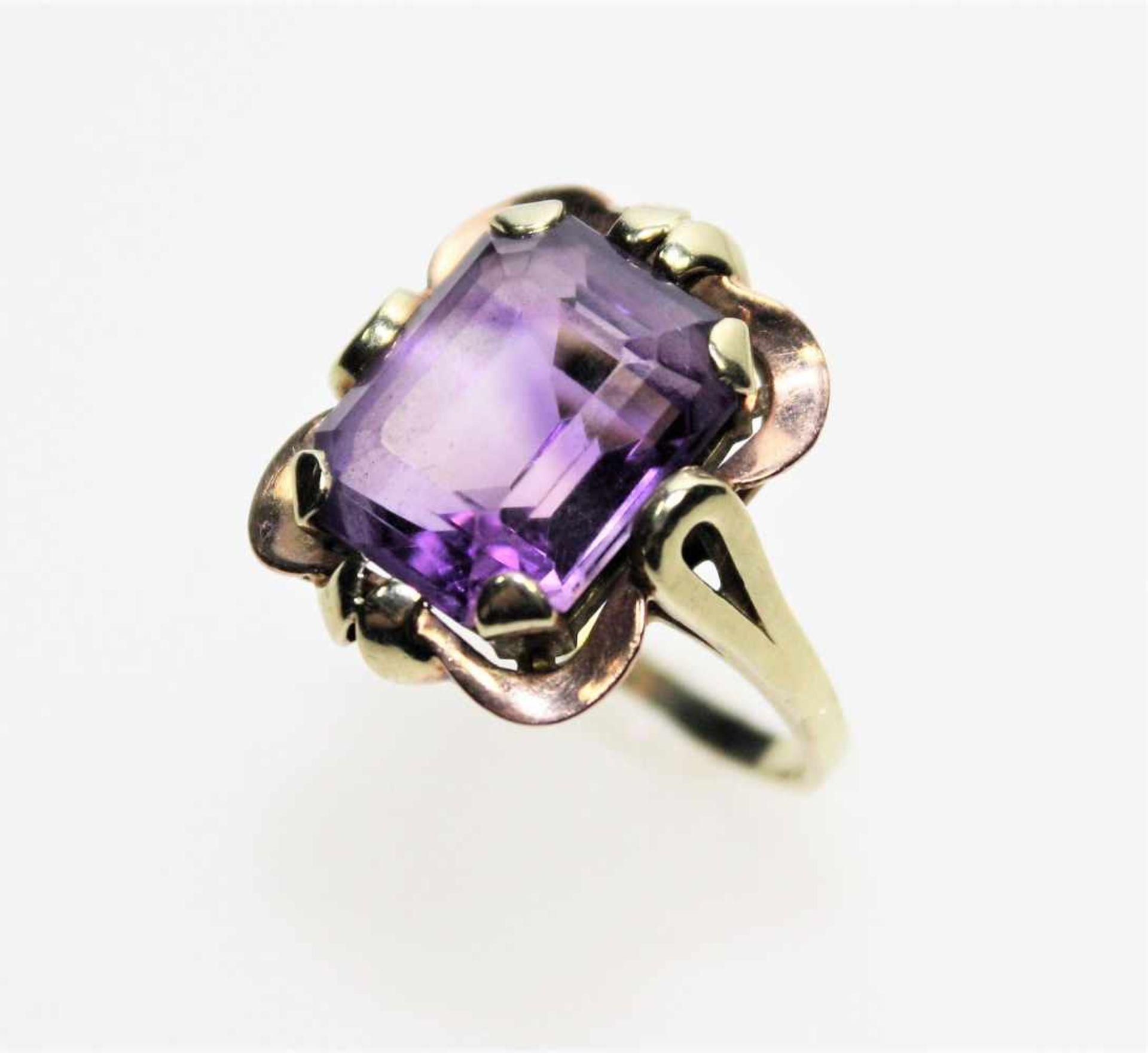 Schmaler, goldener Ring 585/f gest. mit einem achteckigen Amethyst, Weite ca. 17 ½.<