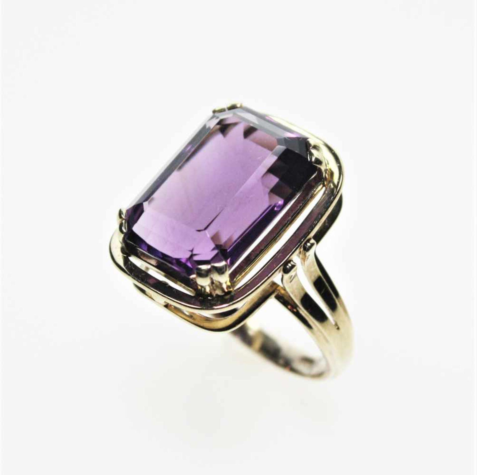Los 23 - Goldener Ring 585/f gest. mit einem achteckigen Amethyst in kräftiger Farbe, Weite 19 ½.<b