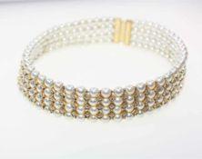 Vierreihiger Halsreif mit goldenem Verschluss 750/f gest., auf Drähten aufgezogen Perlen in feinem