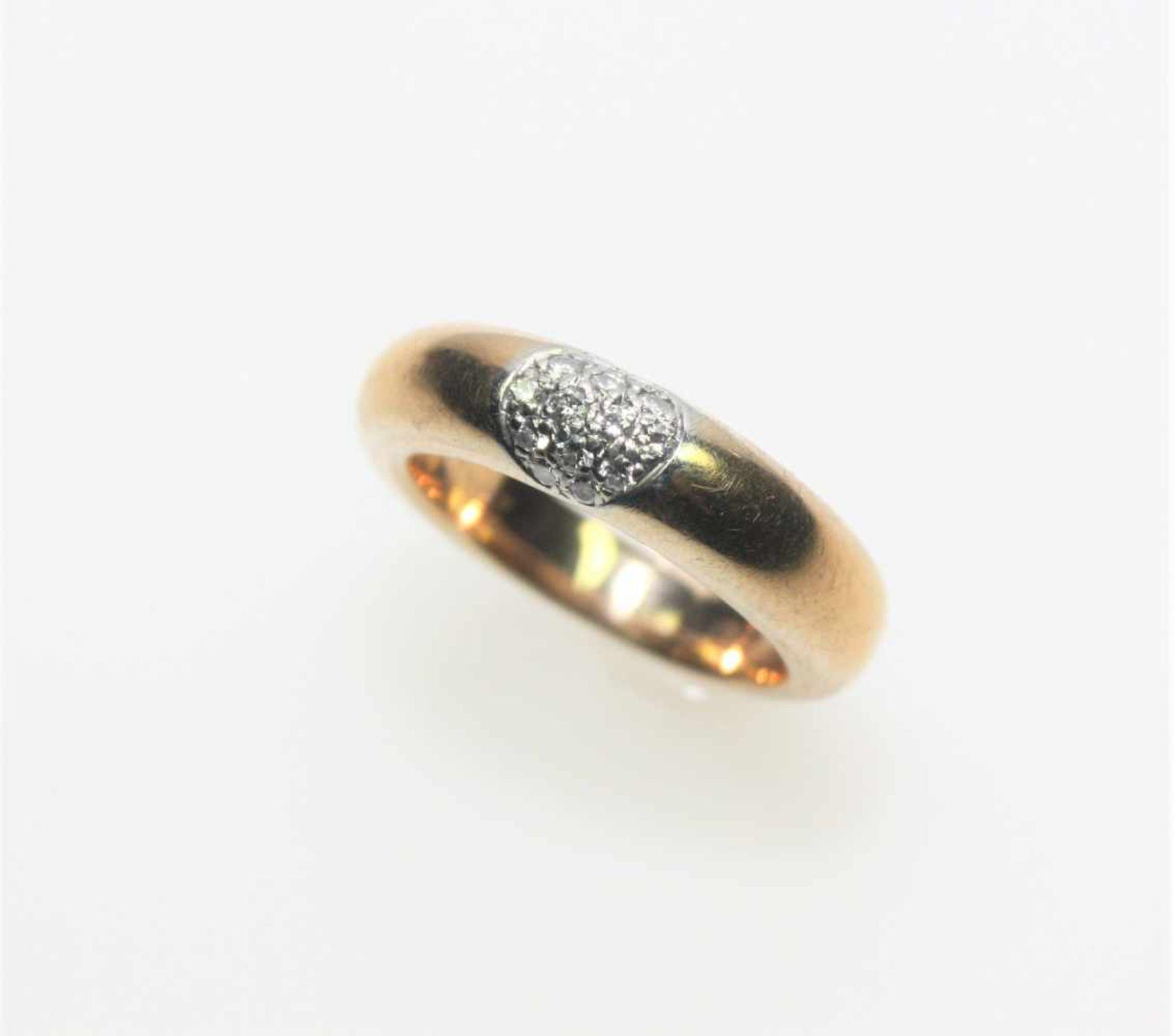 """Schmaler, goldener Bandring 750/f gest. signiert """"Wempe"""", zur Mitte Kleindiamanten in"""