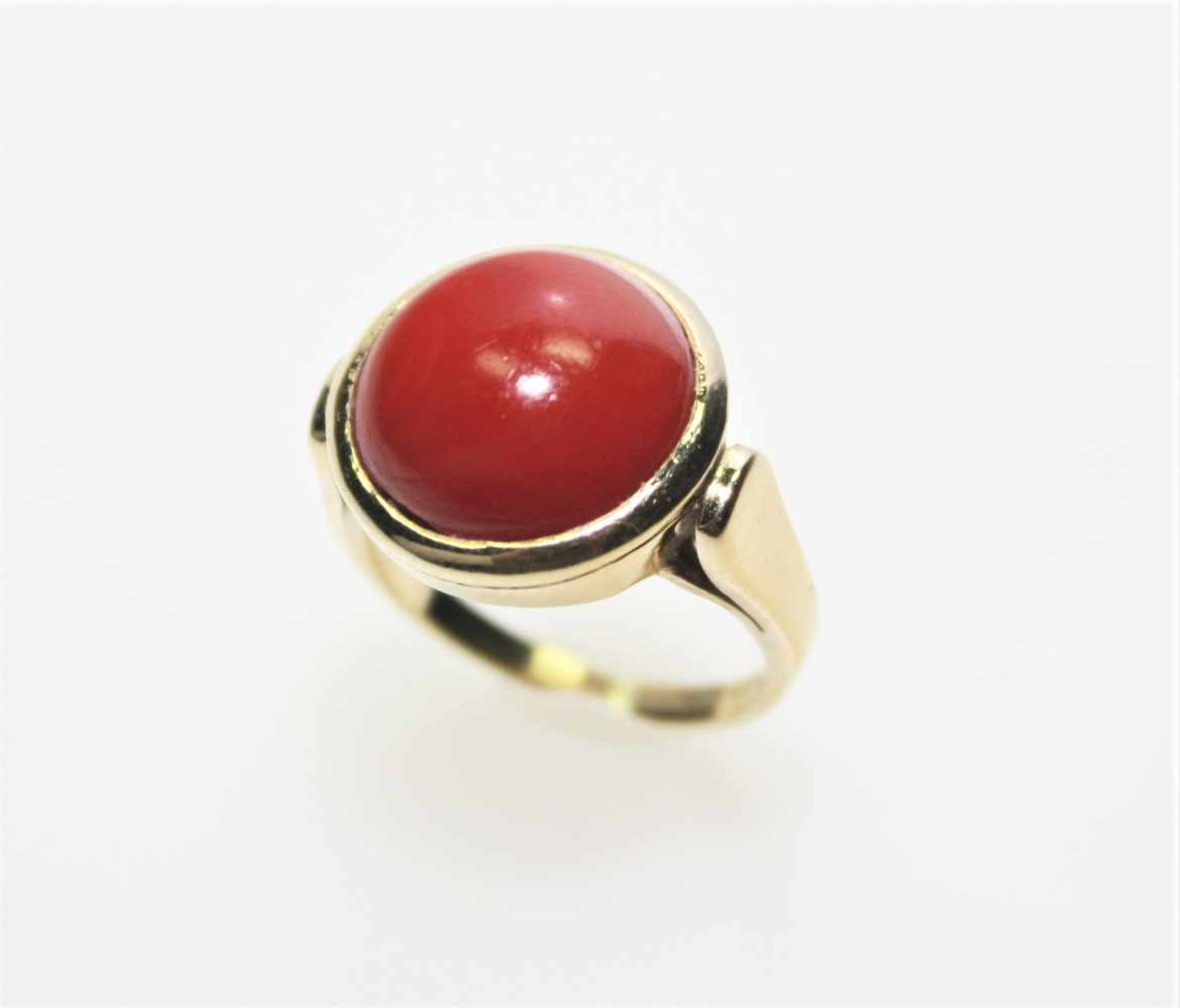 Los 3 - Goldener Ring 750/f gest. mit einer feinen, runden Koralle, Weite ca. 15 ¾.Brgw. 6,0 g