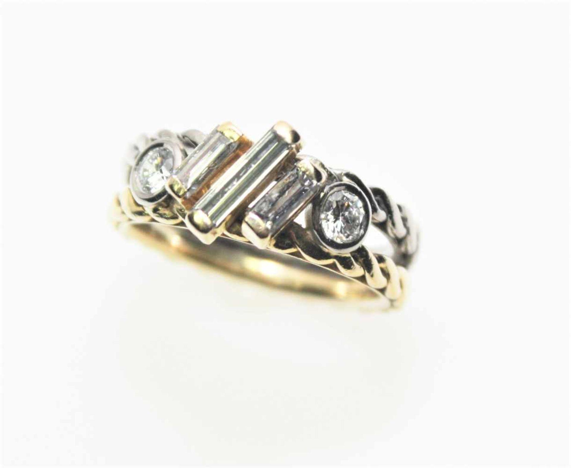 Gekordelter Doppelring in Gelb- und Weißgold 750/f gest., zur Mitte quergestellt drei Diamanten in