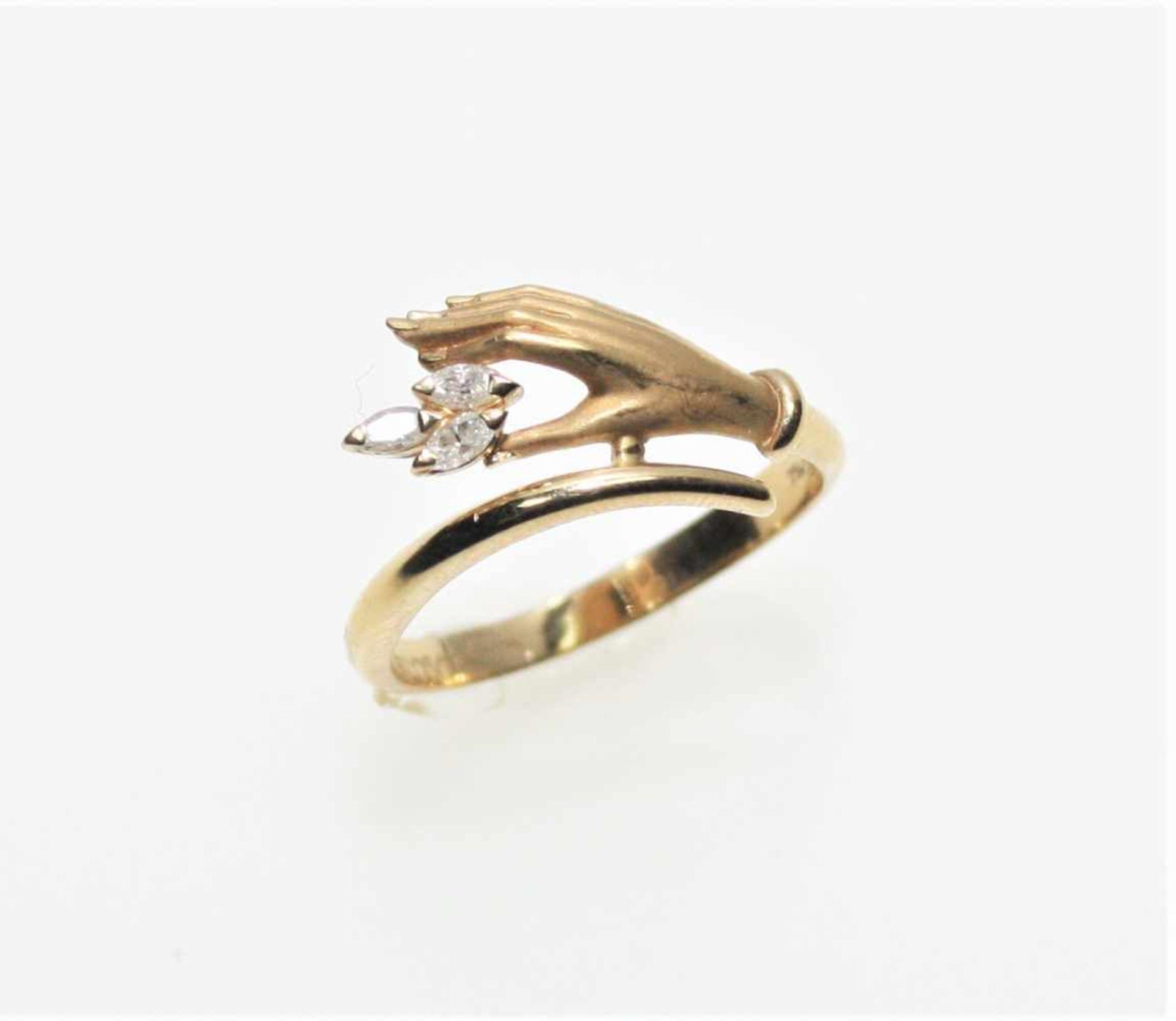 """Los 6 - Schmaler Goldring 750/f gest. """"Carrera y Carrera"""", Hand mit drei Diamanten in Navetteschliff zus.ca."""